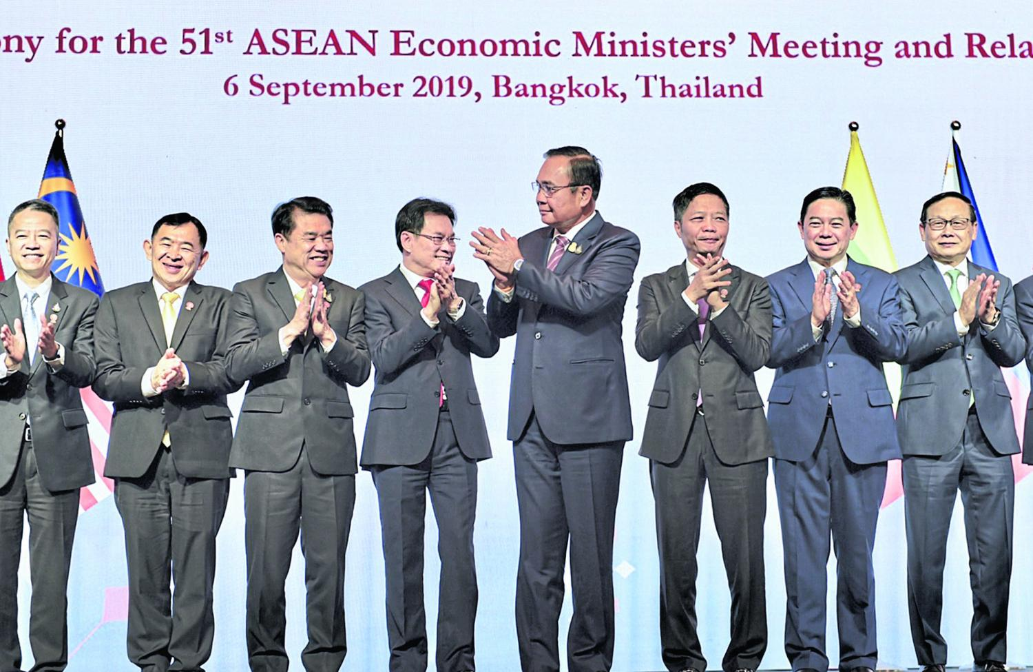 Prime Minister Prayut Chan-o-cha leads Asean economic ministers in a round of applause to mark the opening of the 51st Asean Economic Ministers' Meeting and related meetings in Bangkok on Friday.(Government House photo)