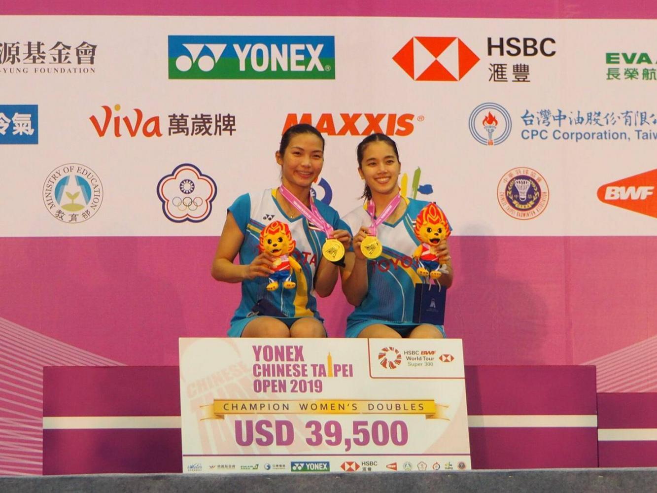 Jongkolphan Kititharakul, à gauche, et Rawinda Prajongjai posent avec leurs médailles d'or. PR