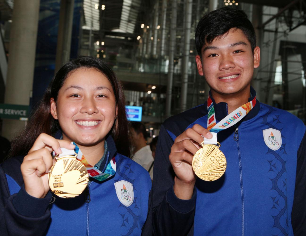 Youth Olympic champions Atthaya Thitikul (left) and Vanchai Luangnitikul.