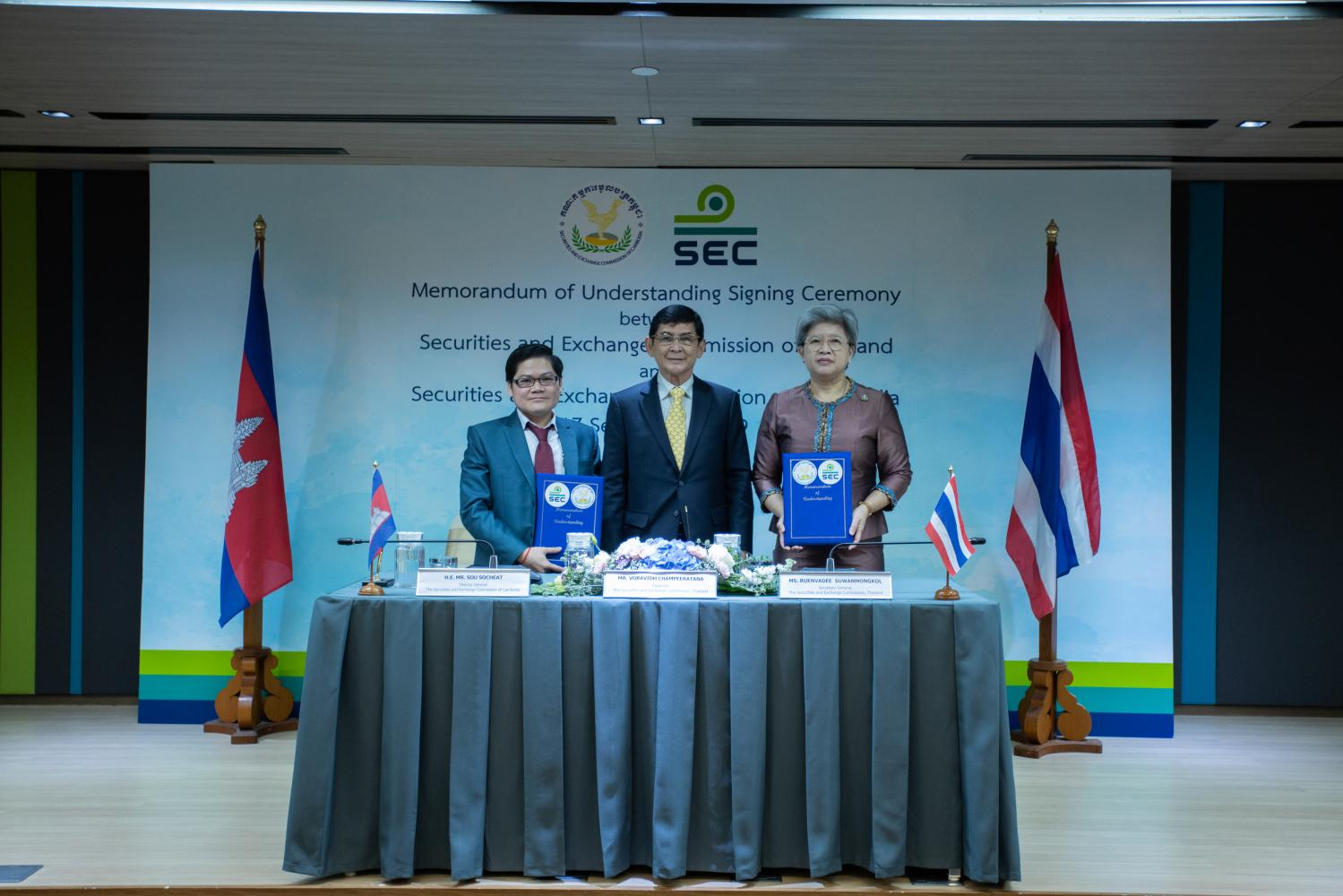 Sou Socheat (left) Thai SEC chairman Voravidh Champeeratana (centre) and Ms Ruenvadee sign an MoU on capital market development.
