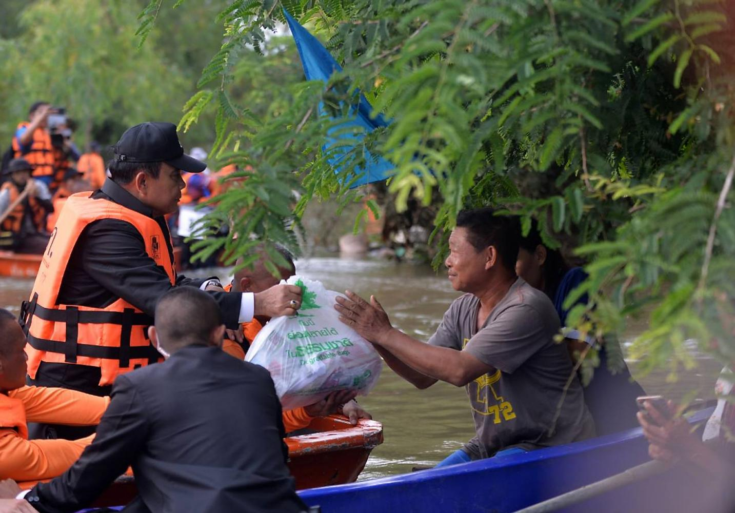 Prime Minister Prayut Chan-o-cha hands relief supplies to flood victims in Warin Chamrap district during his trip to the Northeastern province of Ubon Ratchathani on Thursday. (Photo by Government House)