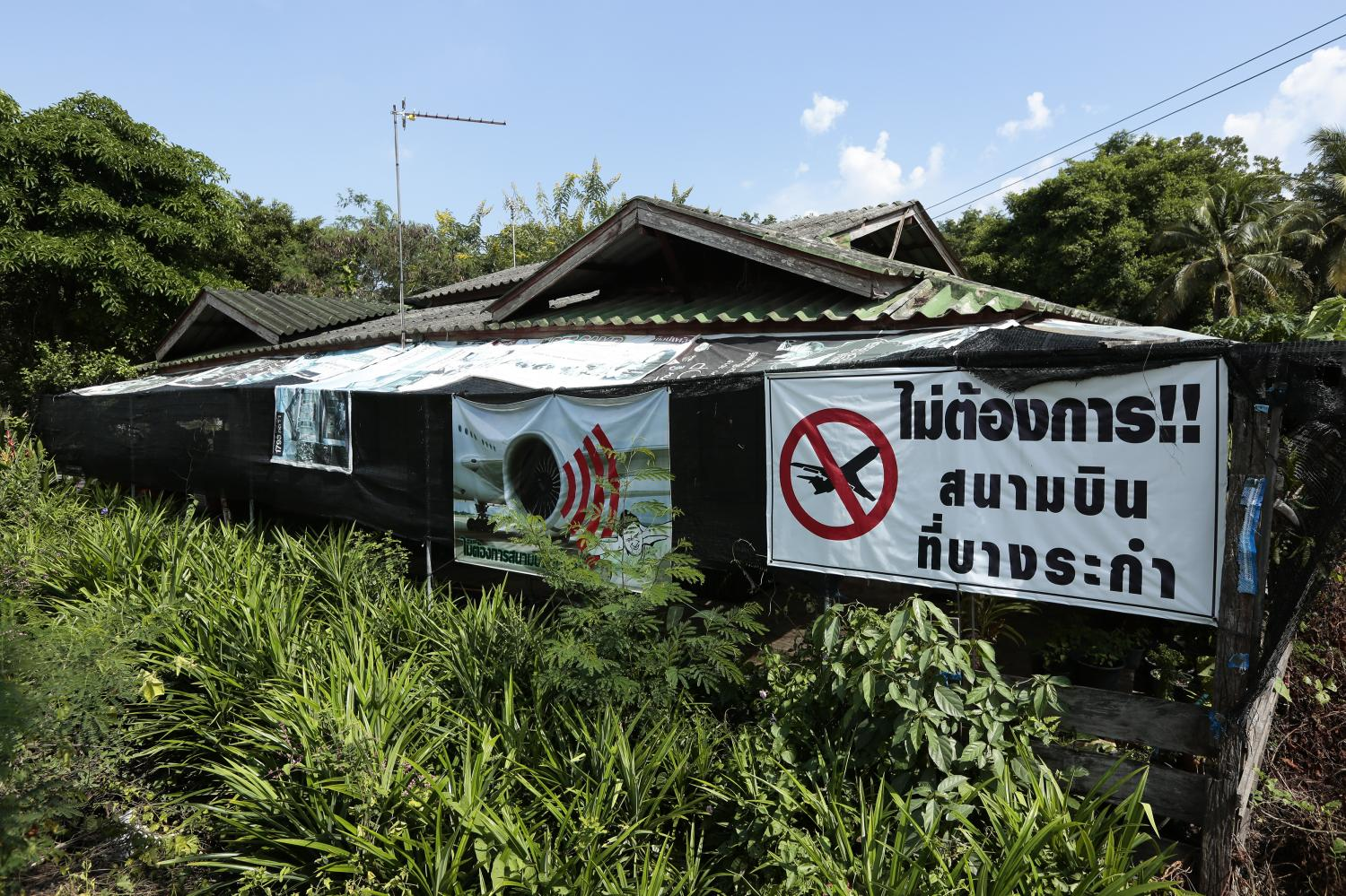 NO AIRPORT WANTED: Signs at a house at Nakhon Pathom oppose the Department of Airports' plan to build a 20-billion-baht airport to ease congestion at Suvarnabhumi and Don Mueang airports which are already running over capacity.