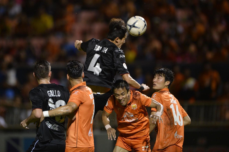 Oh Ban-Suk (No.4) scores Muang Thong's third goal against Sukhothai.