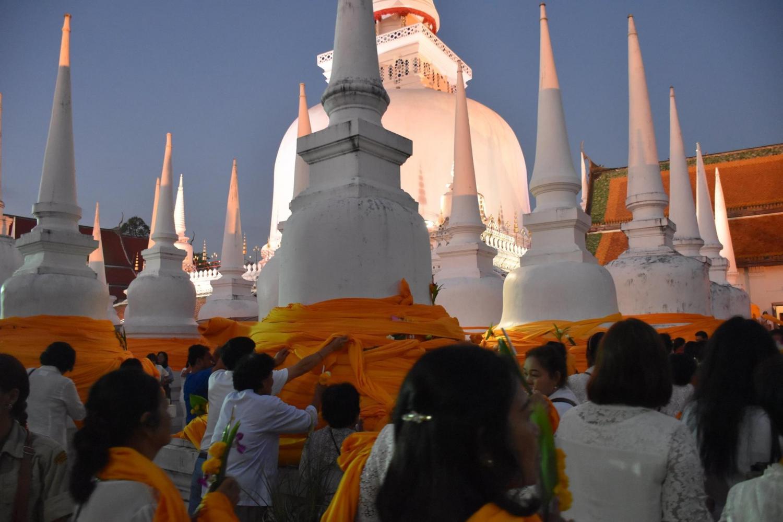 Buddhists in Nakhon Si Thammarat flock to Wat Phra Mahathat Woramahawihan, the province's main temple, on Makha Bucha Day.(Photo by Nujaree Rakrun)