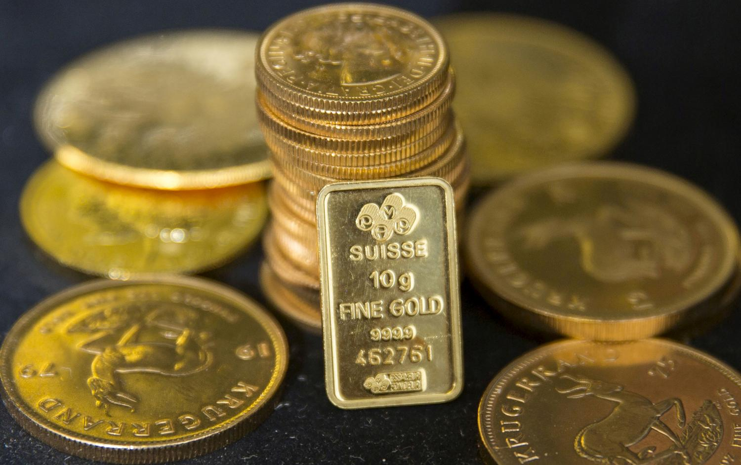 Gold dips as easing trade war concerns support dollar