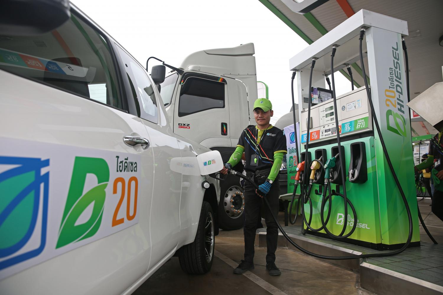A pickup being refilled with B20 at a Bangchak petrol station. The Oil Fuel Fund Administration is set to lower the retail price of B10 on Tuesday by two baht per litre.(Photo by Varuth Hirunyatheb)