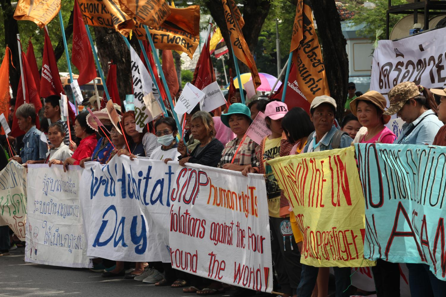Members of the Four Regions Slum Network gather on Monday on Ratchadamnoen Avenue in the capital to demand that City Hall provide them with affordable houses costing no more than 150,000 baht each.(Photo by Apichart Jinakul)