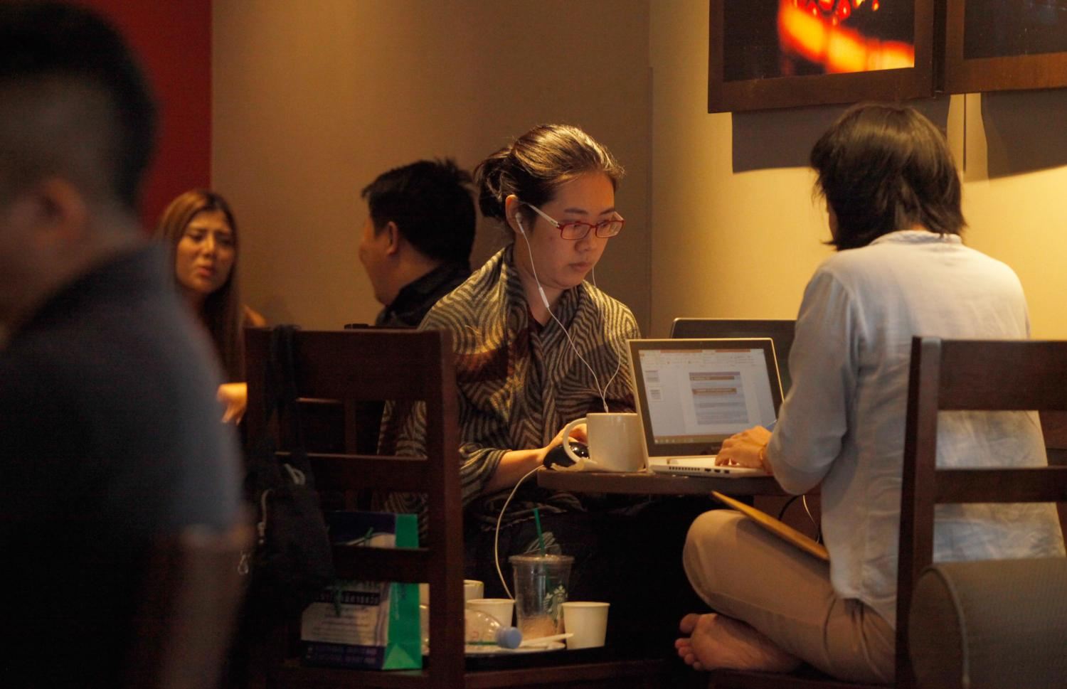 Coffee shops must keep traffic data for at least 90 days in line with Section 26 of the Computer Crime Act. (Photo by Jiraporn Kuhakan)
