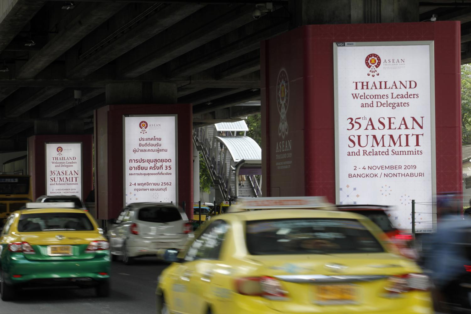 Signs are erected on Ratchadamri Road informing motorists of the upcoming 35th Asean Summit, scheduled from Nov 2-4 at Muang Thong Thani.(Photo by Wichan Charoenkiatpakul)