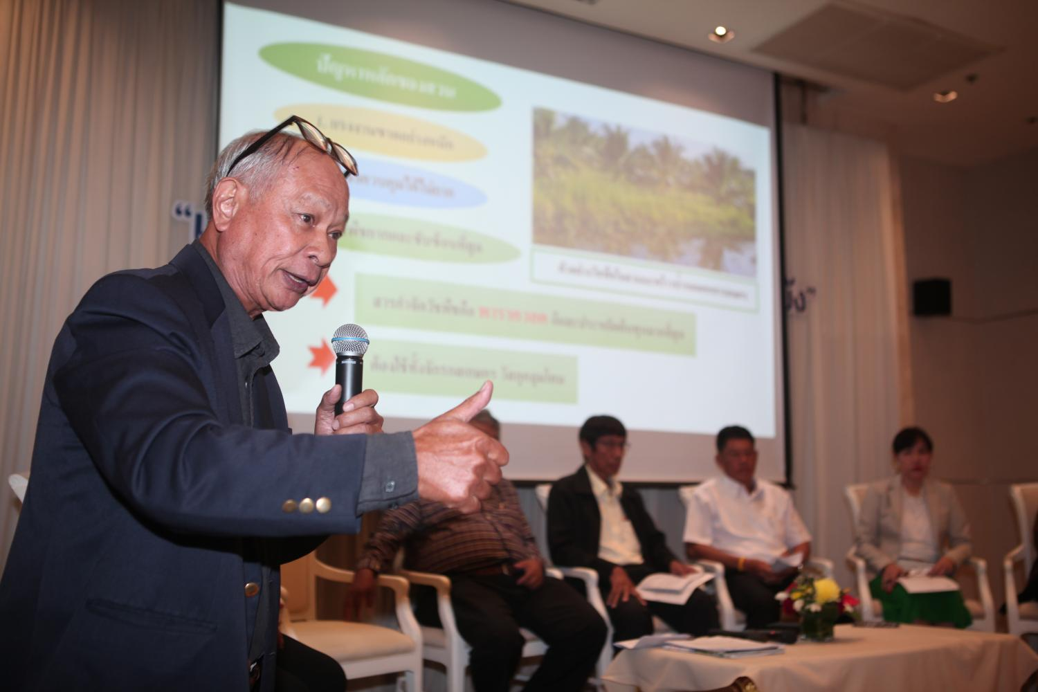 A speaker makes his point at a forum attended by the Thai Agricultural Innovation Trade Association, which has threatened to go to the Administrative Court if the three farm chemicals are banned.Apichart Jinakul