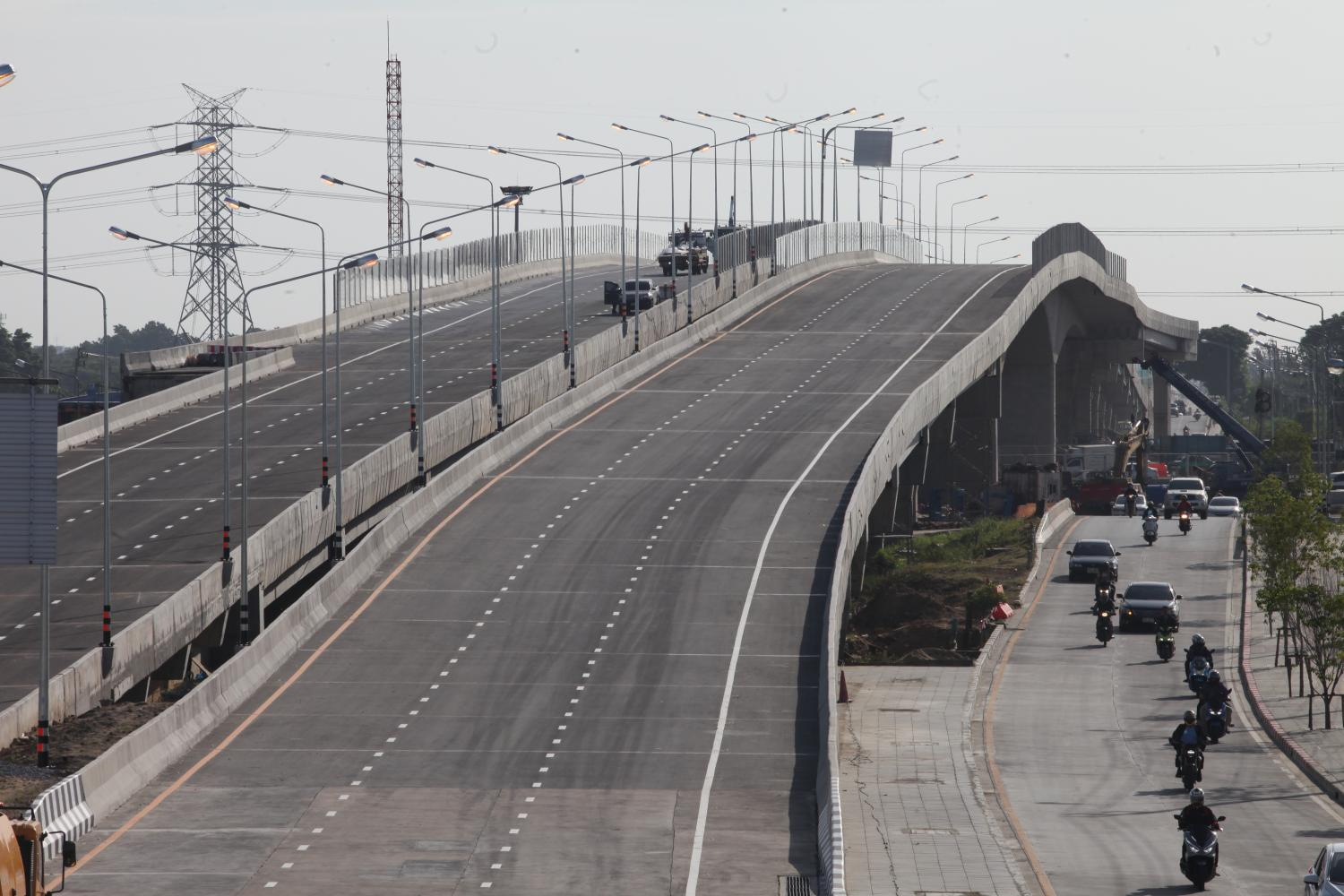 A 950-metre elevated section of the newly opened Srinakarin-Rom Klao Road, a 12-km long route linking Hua Mak Road with Rom Klao Road in eastern Bangkok.(Photo by Apichart Jinakul)