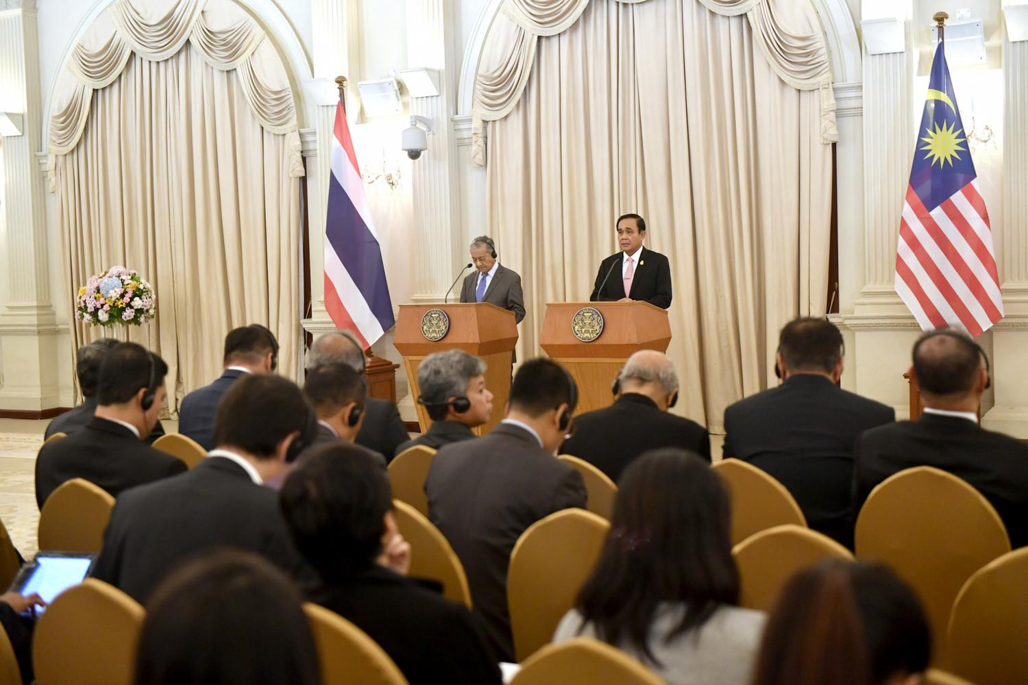 Prime Minister Prayut Chan-o-cha and his Malaysian counterpart Mahathir Mohammad give a joint press conference at Thailand's Government House on Oct 23 last year. (Picture courtesy of Government House)