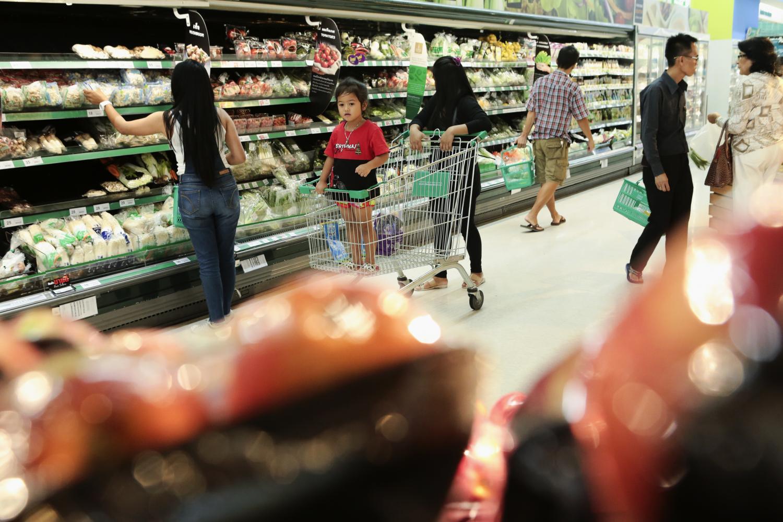 Shoppers select fresh produce at a supermarket.(Photo by Patipat Janthong)