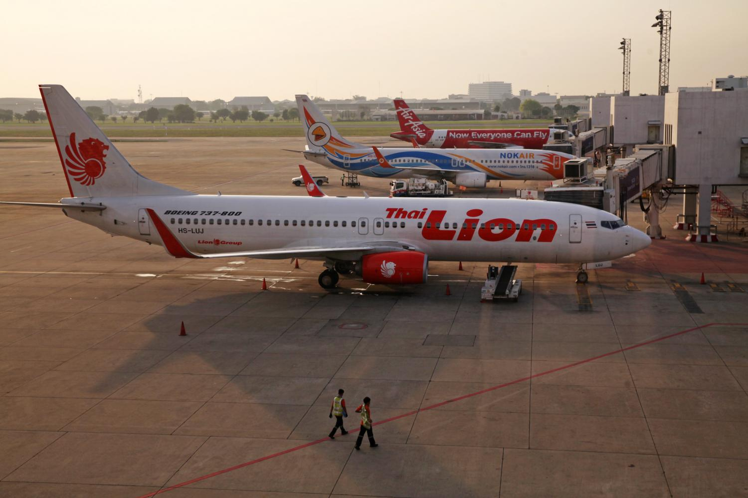 Aircraft of Thai Lion Air, Nok Air and Thai AirAsia are parked at Don Mueang airport. The carriers are seeking assistance amid difficult conditions. (Post Today photo)