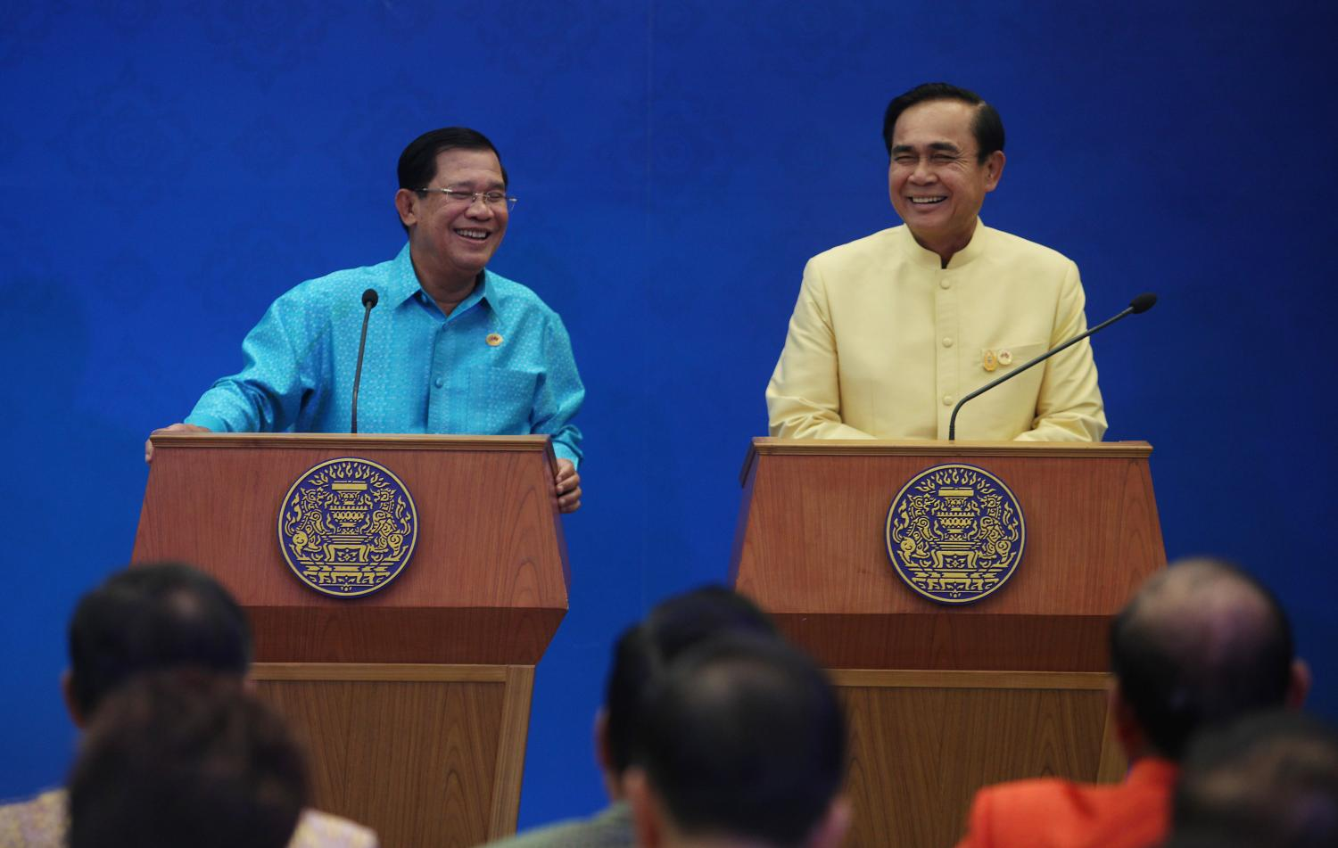 Prime Minister Prayut Chan-o-cha, right, and his Cambodian counterpart Hun Sen address a press conference together in Bangkok in December 2015 .  (Photo by Thiti Wannamontha)