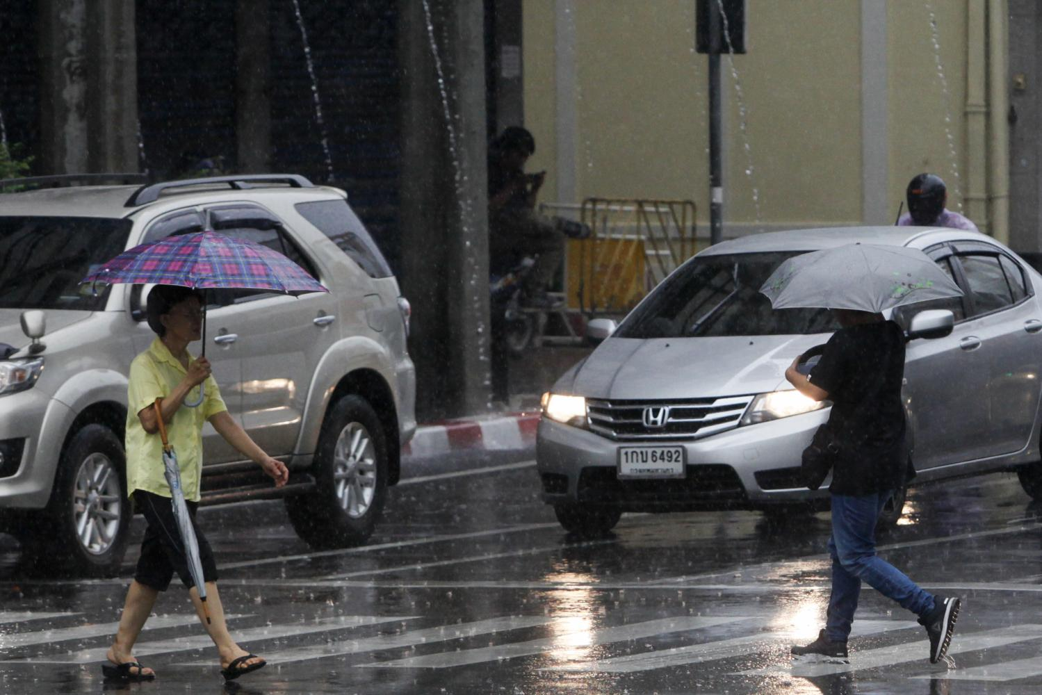 Pedestrians struggle to cross the road at a zebra crossing in the capital. (Bangkok Post photo)