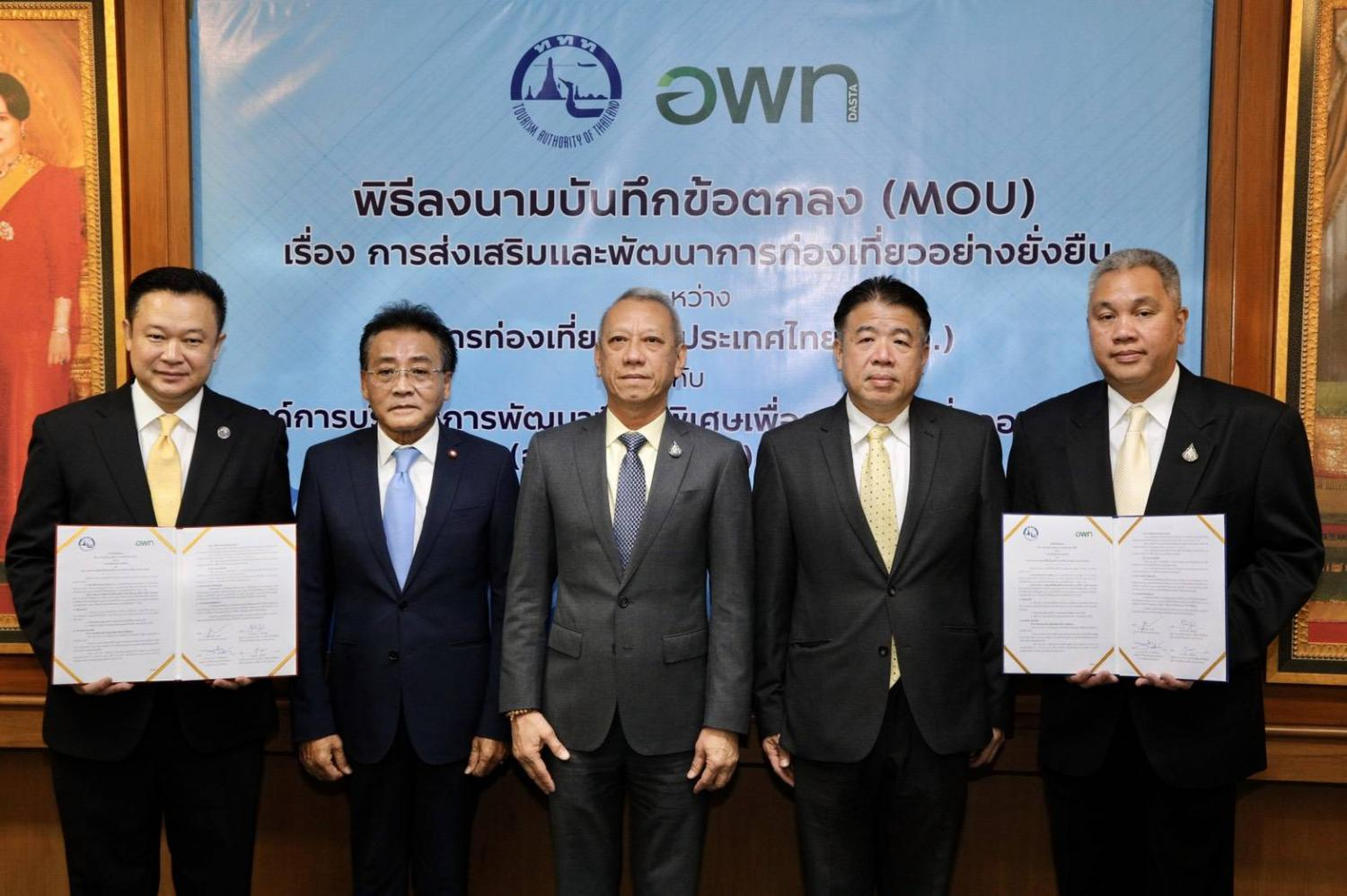 Mr Phiphat (centre), Mr Yuthasak (left) and Mr Thaweepong (right) at the MoU signing ceremony.