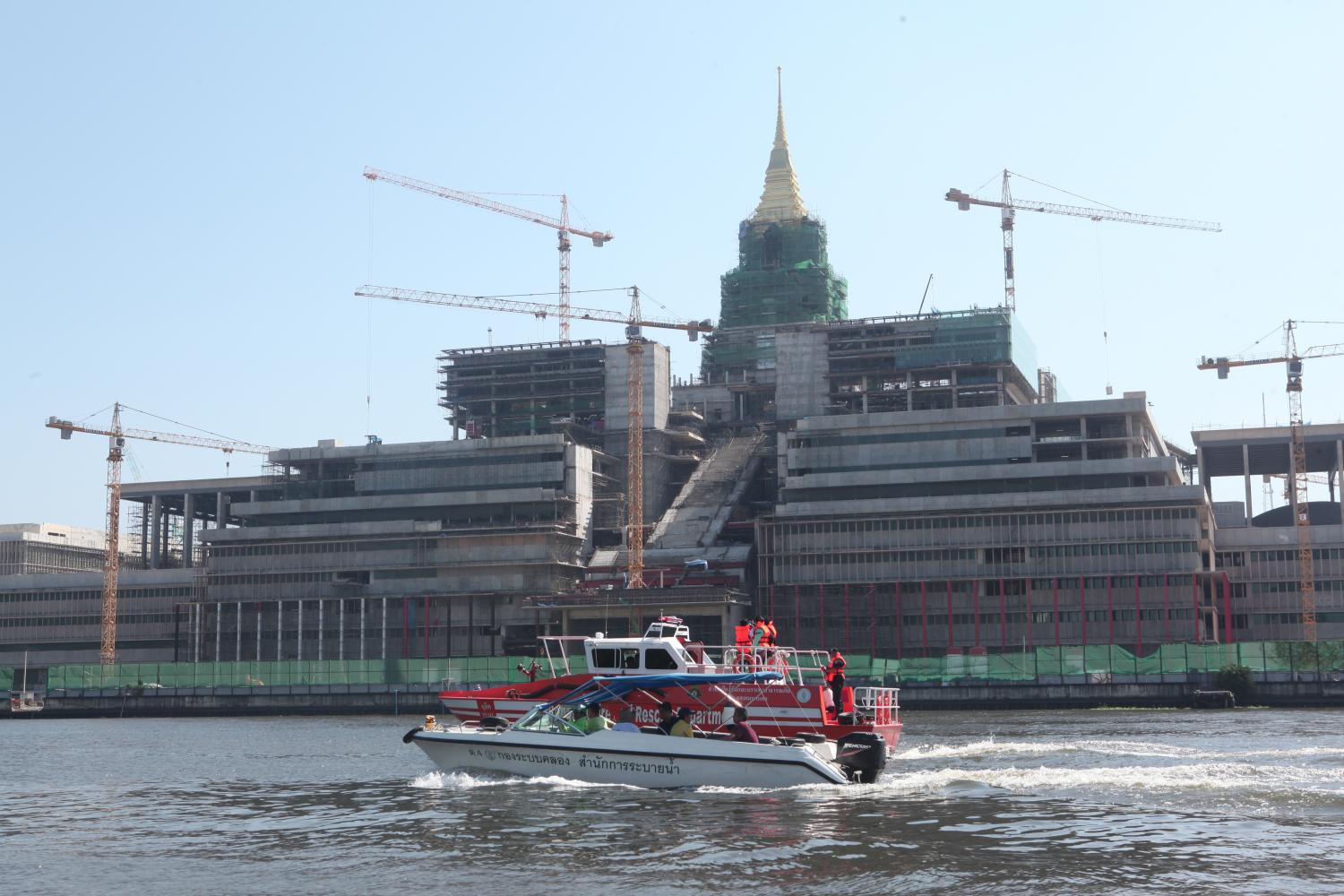 Construction of the new parliament building, named Sappaya-Saphasathan, is under way despite it being partly in use by legislators. The building sits by the Chao Phraya River and covers 300,000 square metres of land. (Photo by Apichart Jinakul)