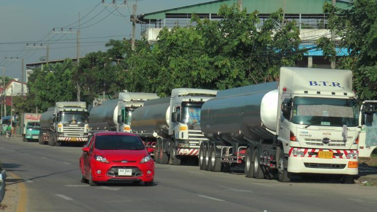 Tanker trucks along the Thai-Burmese border in Mae Sot. (Photo by Aswin Pakhawan)