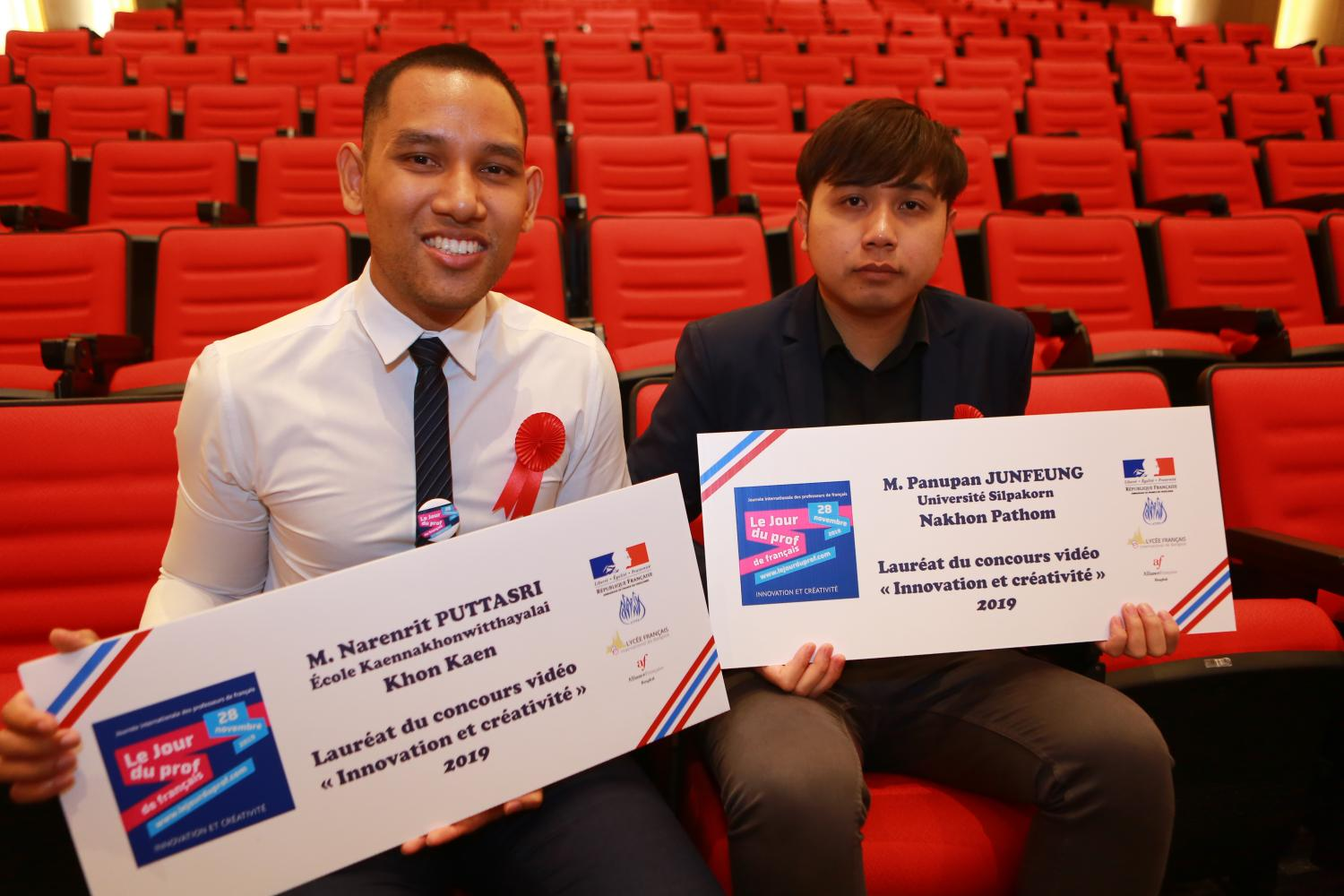 Narenrit Puttasri, a French teacher from Kaennakhon Witthayalai School in Khon Kaen, (left) and Panupan Junfeung, a French teacher from Silpakorn University, show their certificates received upon winning a national video contest on French teaching.(Photo by Somchai Poomlard)