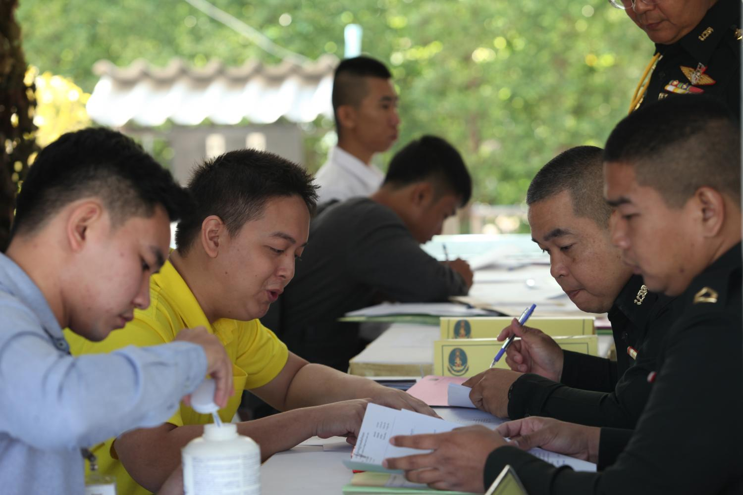 Reservists fill out application forms to work as temporary officers in the army. (Photo by Apichart Jinakul)