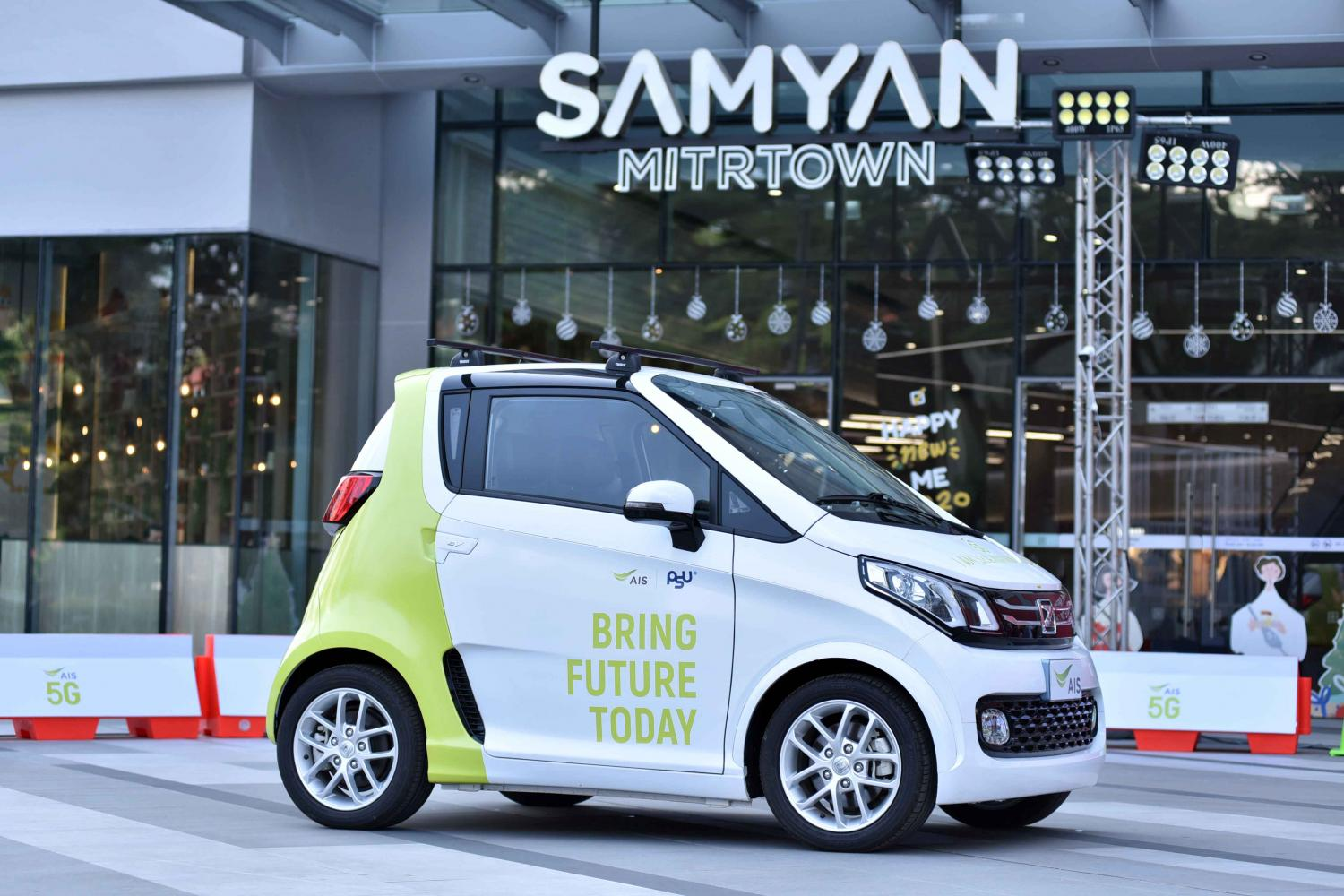 A remote driverless car is tested in front of Samyan Mitrtown yesterday. AIS is holding a 5G tech showcase until Jan 3 at the mall. Tharittawat Samejaidee