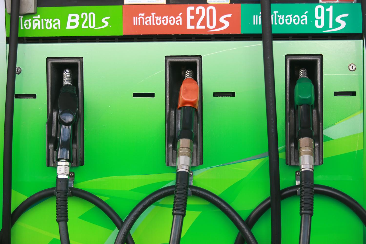 Retail prices for gasohol and diesel have been cut by another baht per litre during the long holiday period.(Photo by Somchai Poomlard)