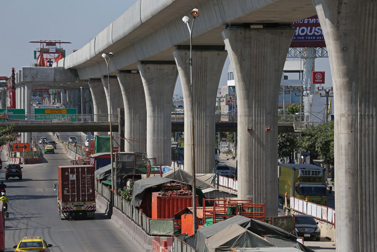 Construction work proceeds on the Orange Line. The fiscal 2021 investment budget is projected at 693 billion baht, or 21% of the total.(Photo by Varuth Hirunyatheb)