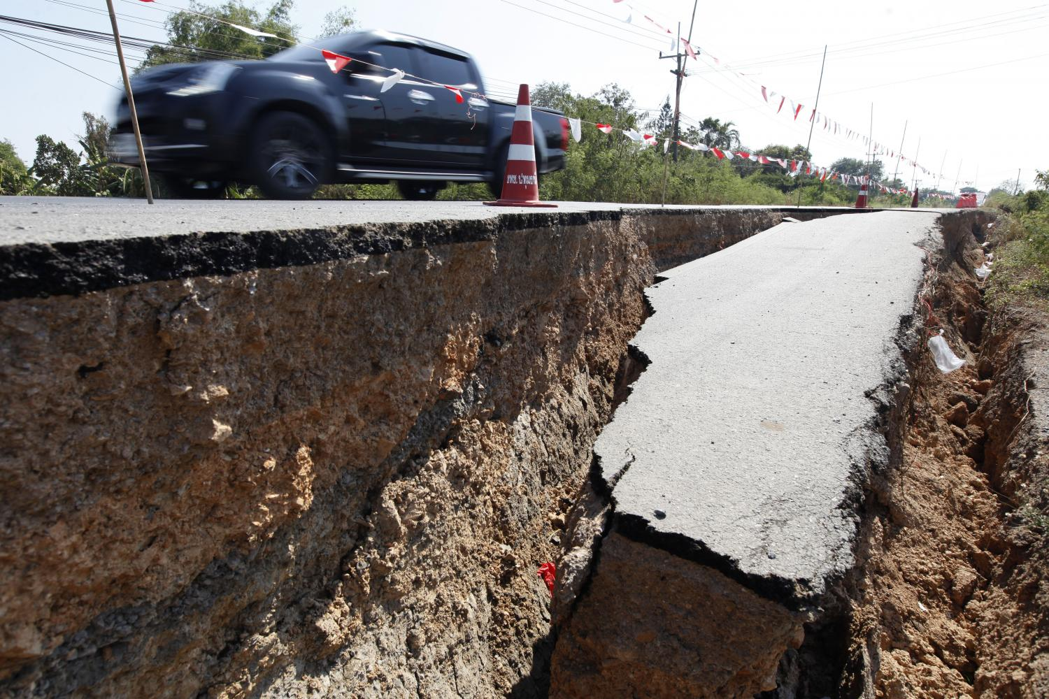 A local road along a canal in Pathum Thani has collapsed. Drought removes moisture from the soil, resulting in subsidence.(Photo by Wichan Charoenkiatpakul)