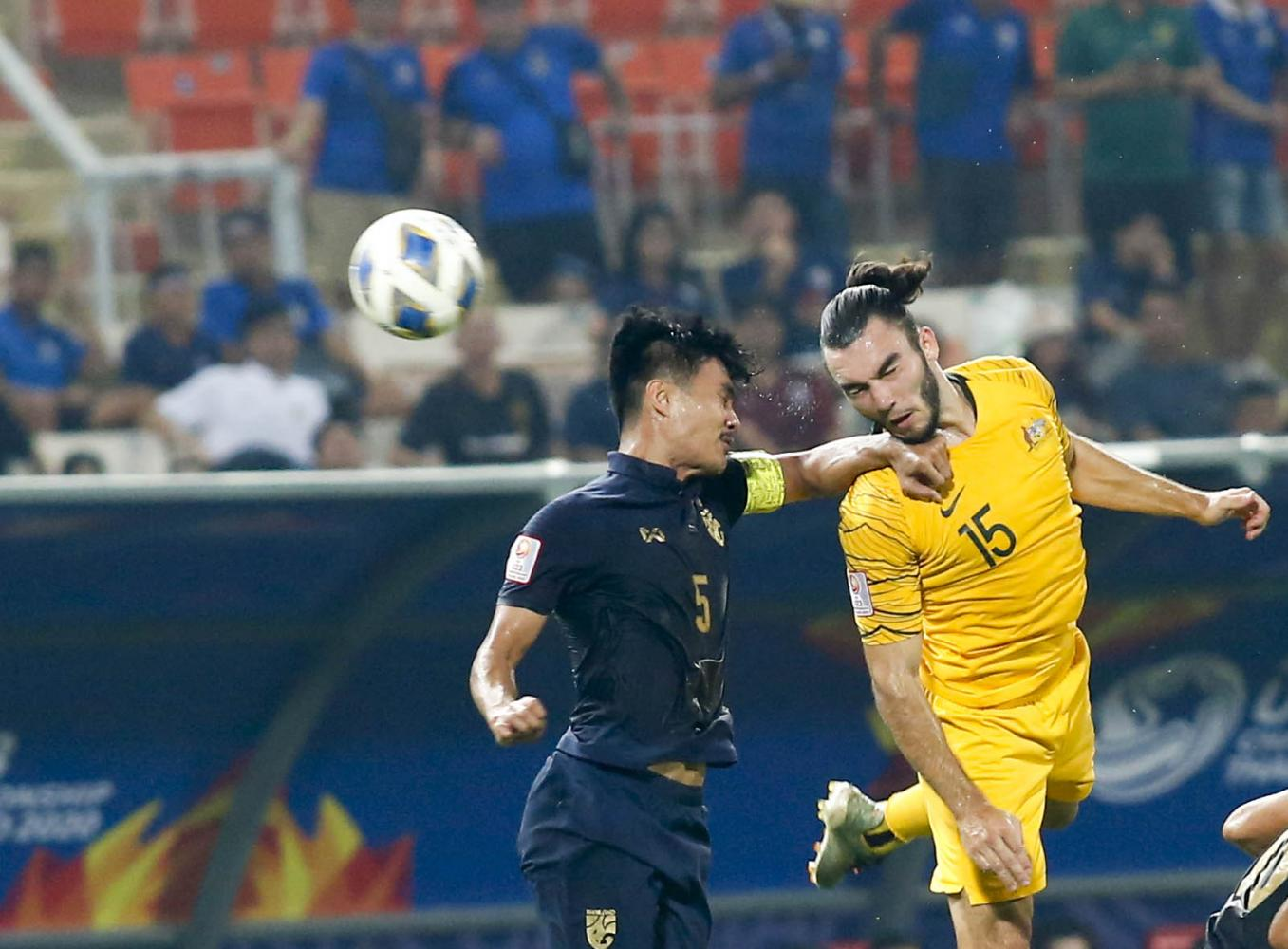Thailand's Shinnaphat Leeaoh, left, vies with Australia's Nicholas D'Agostino. Pattarapong Chatpattarasill