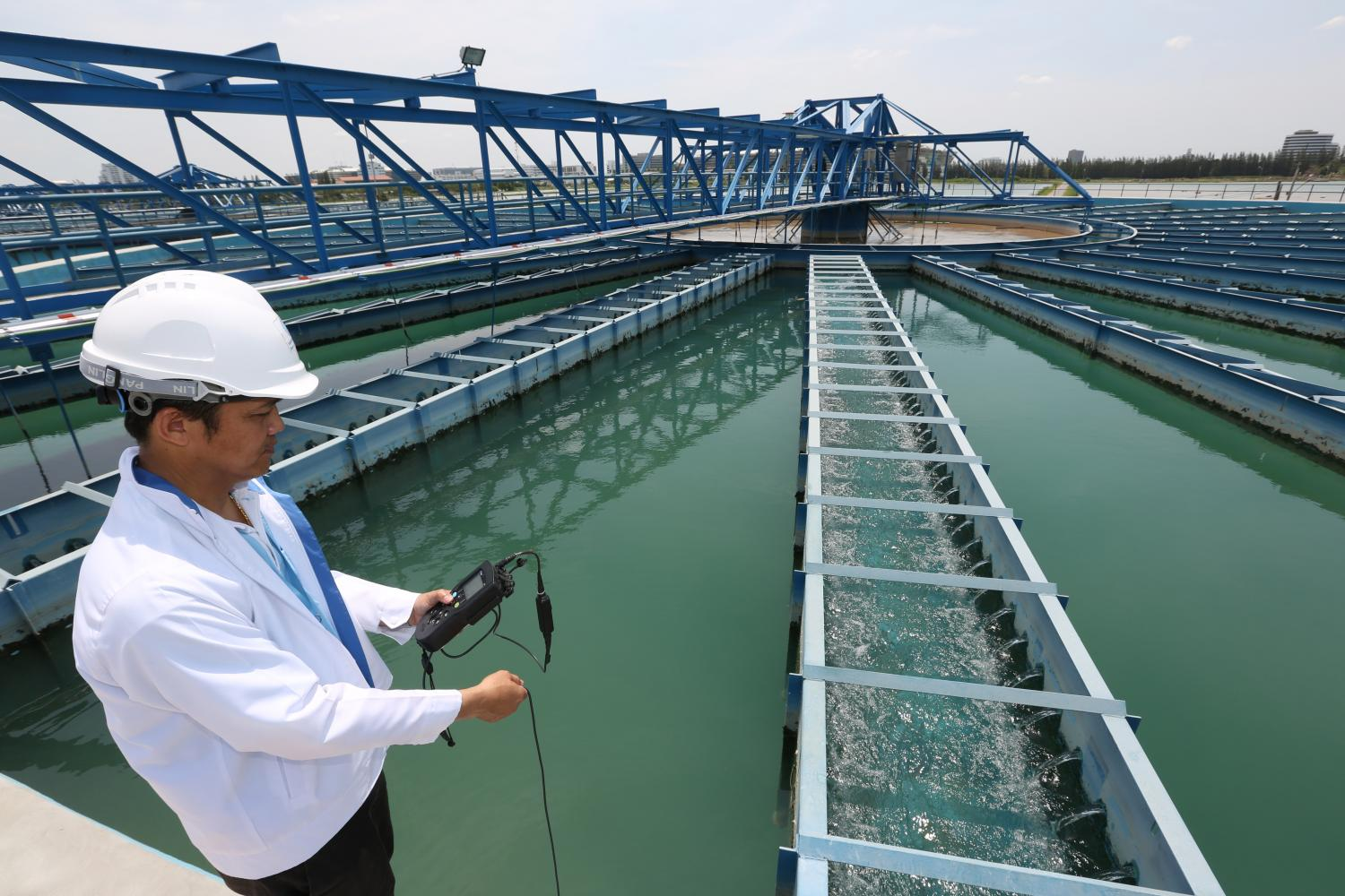 An official checks the quality of tap water at a Bangkok production facility. There is a looming water crisis in the capital due to a prolonged drought and worsening salinity in the Chao Phraya River. (Photo by Pattanapong Hirunard)