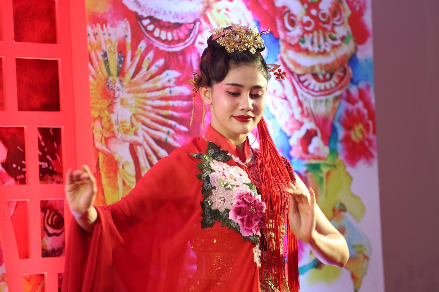 A performer dances during Chinese New Year Festival 2020 at Krungthai Bank's Yaowarat Road branch.(Photo by Varuth Hirunyatheb)