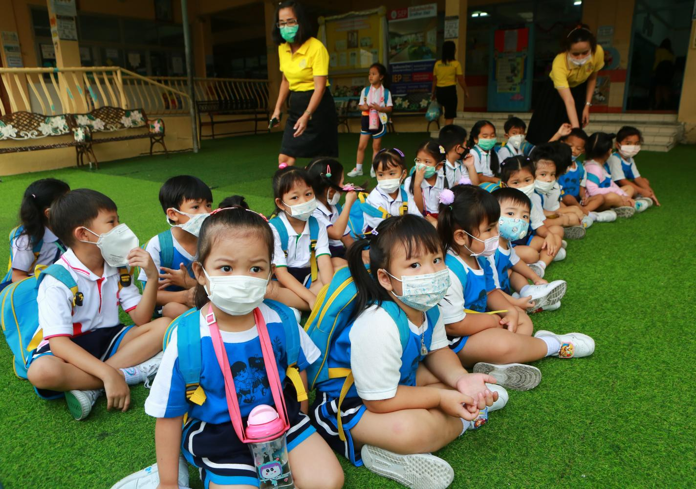 Students in Samut Prakan's Muang district wear face masks as they arrive at Songwitthaya School, where teachers briefed them on how to protect themselves from hazardous PM2.5 dust particles. (Photo by Somchai Poomlard)
