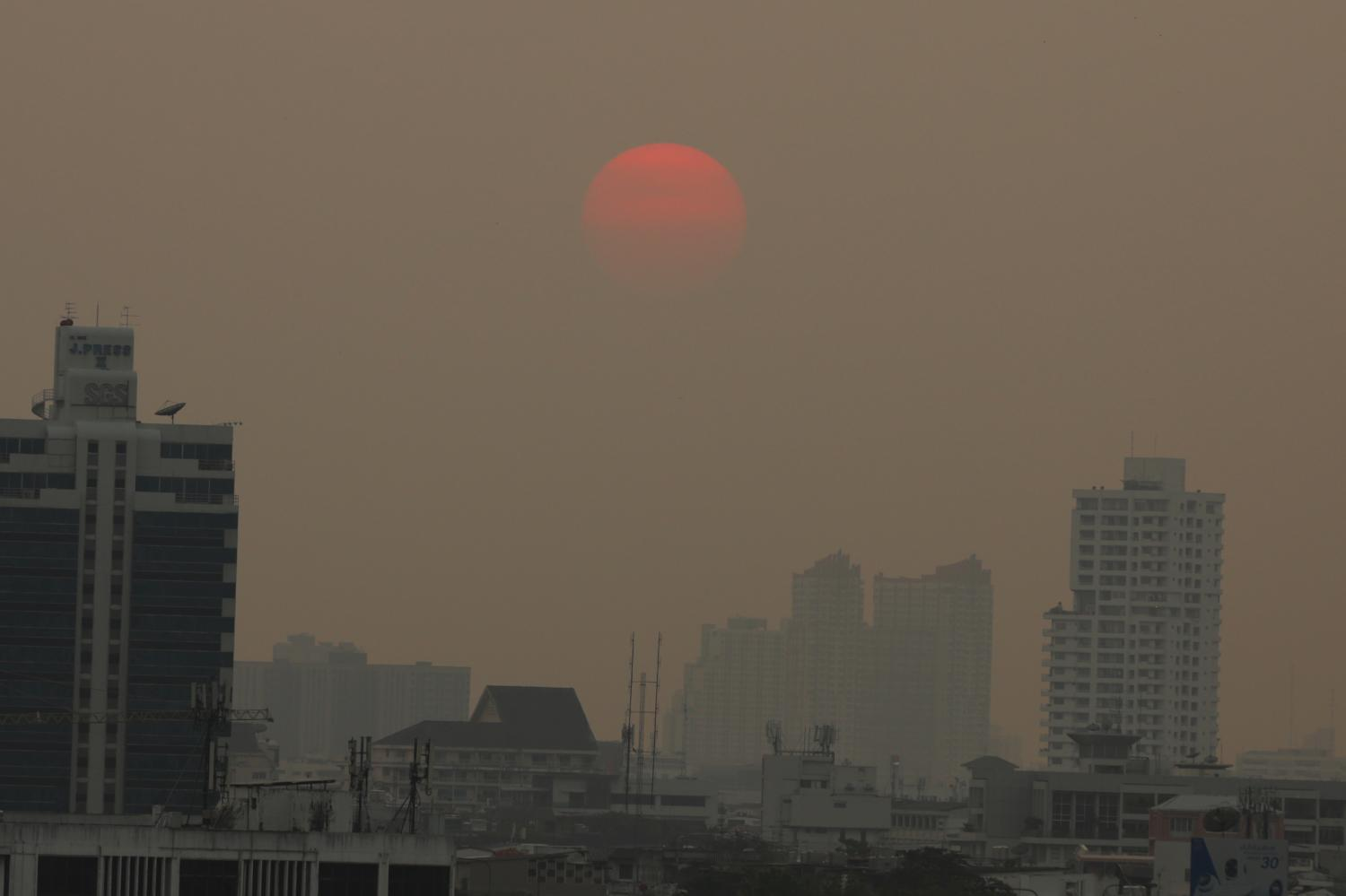 A shroud of hazardous ultra-fine PM2.5 dust particles covers the Bangkok skyline on Tuesday. (POST TODAY)