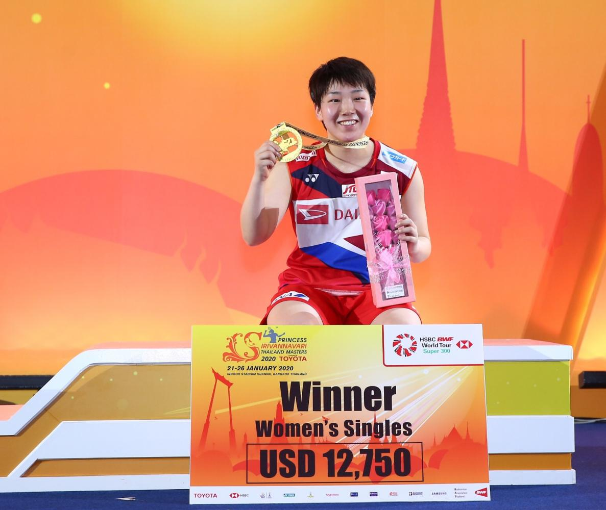 Akane Yamaguchi poses with her gold medal at Indoor Stadium Hua Mark.