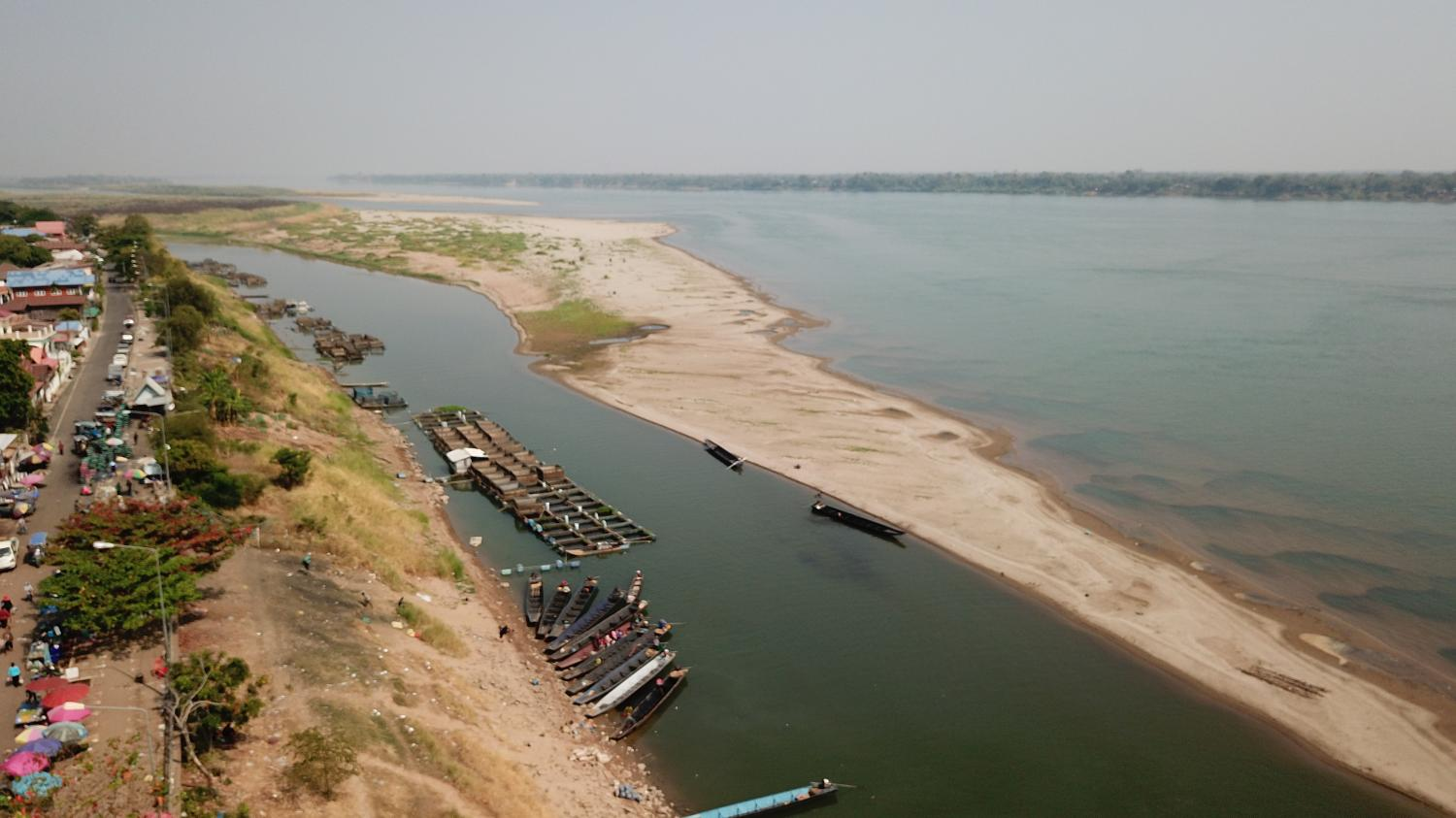 Small boats are moored along the bank of the Mekong River in Nakhon Phanom province on Jan 29. The cabinet this week called for the cancellation of the Mekong 'rapids-blasting' project.