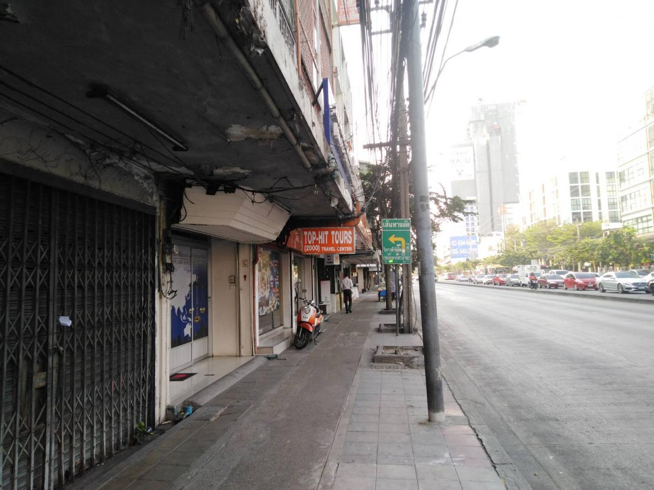 Lat Phrao Road has become deserted during the day as Chinese tour groups dwindle away. Dusida Worrachaddejchai