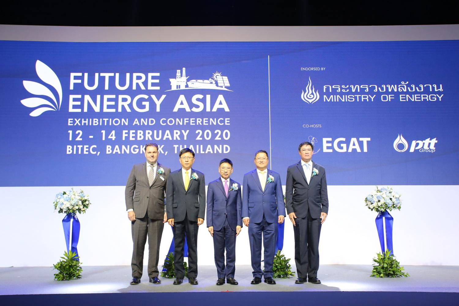 From left are Mr. Nick Ornstein, vice president energy, DMG events, Viboon Rerksirathai, EGAT governor, Kulit Sombatsiri, permanent secretary, Ministry of Energy, Chansin Treenuchagron, president and chief executive officer, PTT Plc and Phongsthorn Thavisin, president and chief executive officer, PTT Exploration and Production Plc.