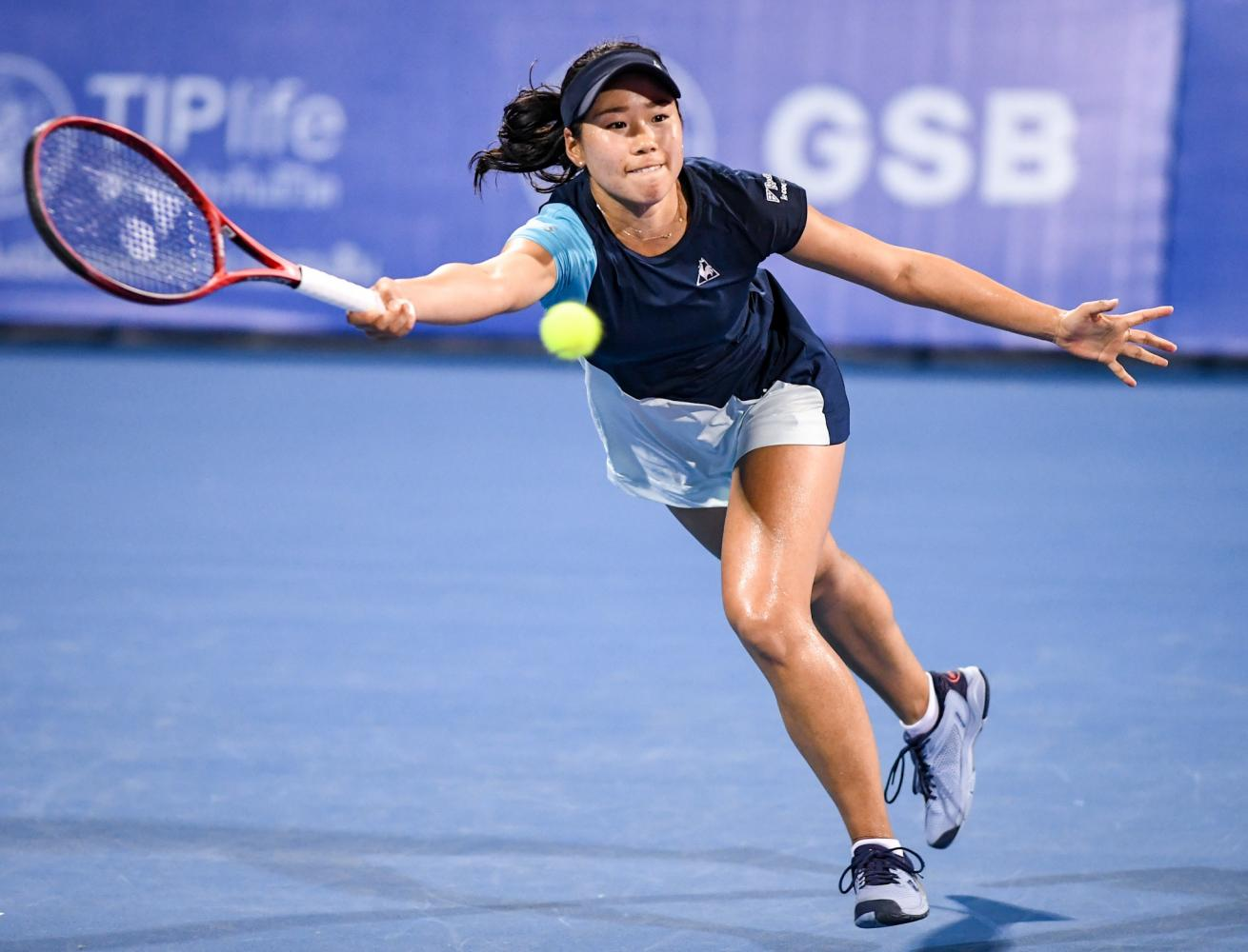 Nao Hibino stretches for a forehand return during her quarter-final match against Elina Svitolina at True Arena Hua Hin.