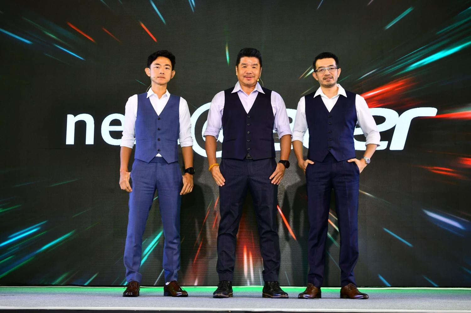 Mr Chiang (centre) with Mr Nitipat (right) and Mr Supong at the announcement for Acer Thailand's business strategy.