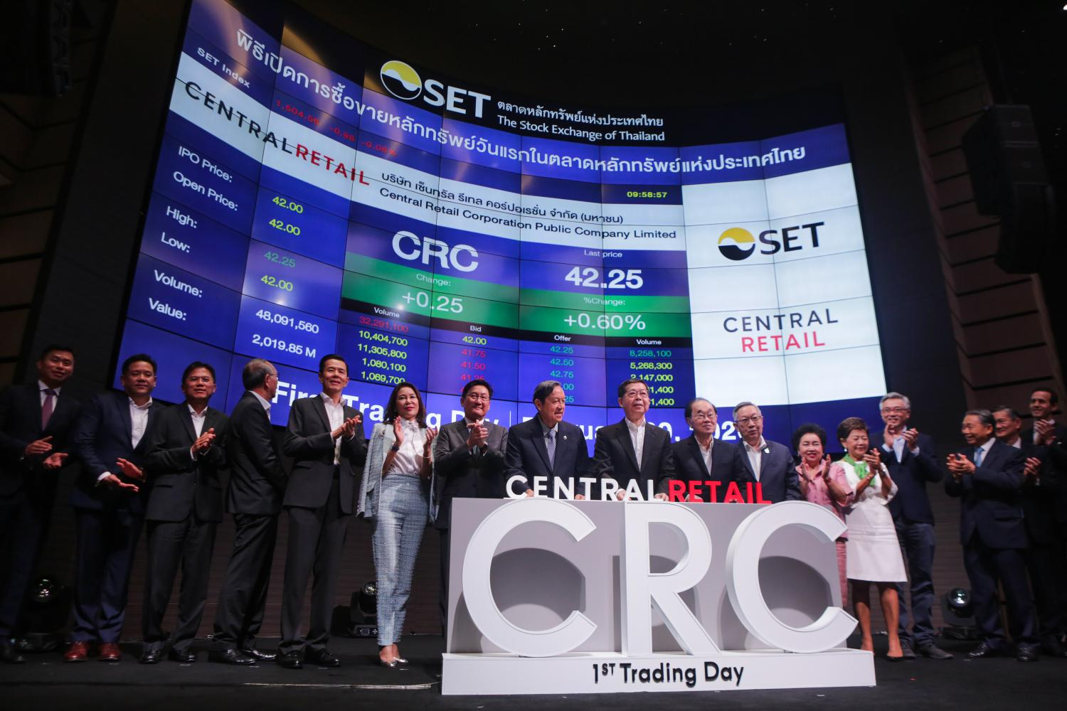 Central Retail Corporation Plc (CRC) board members and executives celebrate the first trading day of the CRC IPO on Thursday. They include, from sixth left, Stock Exchange of Thailand president Pakorn Peetathawatchai; Chaiwat Wibulsawat, chairman of the Stock Exchange of Thailand; Prasarn Trairatvorakul, CRC's chairman; Suthichai Chirathivat, CRC's vice chairman; and Suthikiati Chirathivat, CRC's vice chairman.photos by NATTAPOL LOVAKIJ