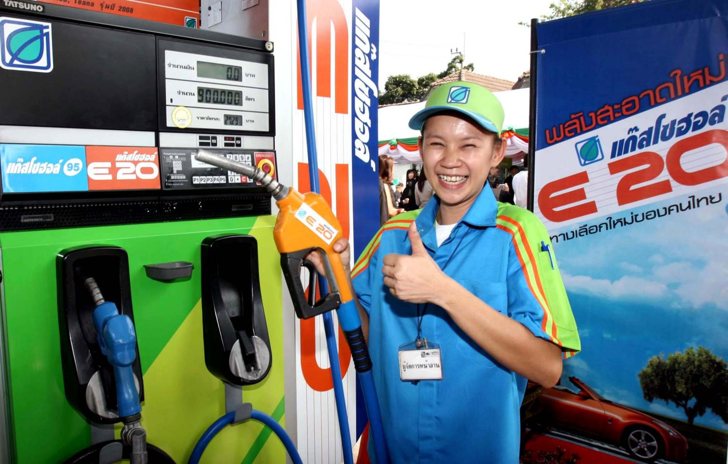A petrol station worker promotes Gasohol E-20 which is to become the primary gasoline for the country in early March. (Photo by Pongthai Wattanavanitvut)