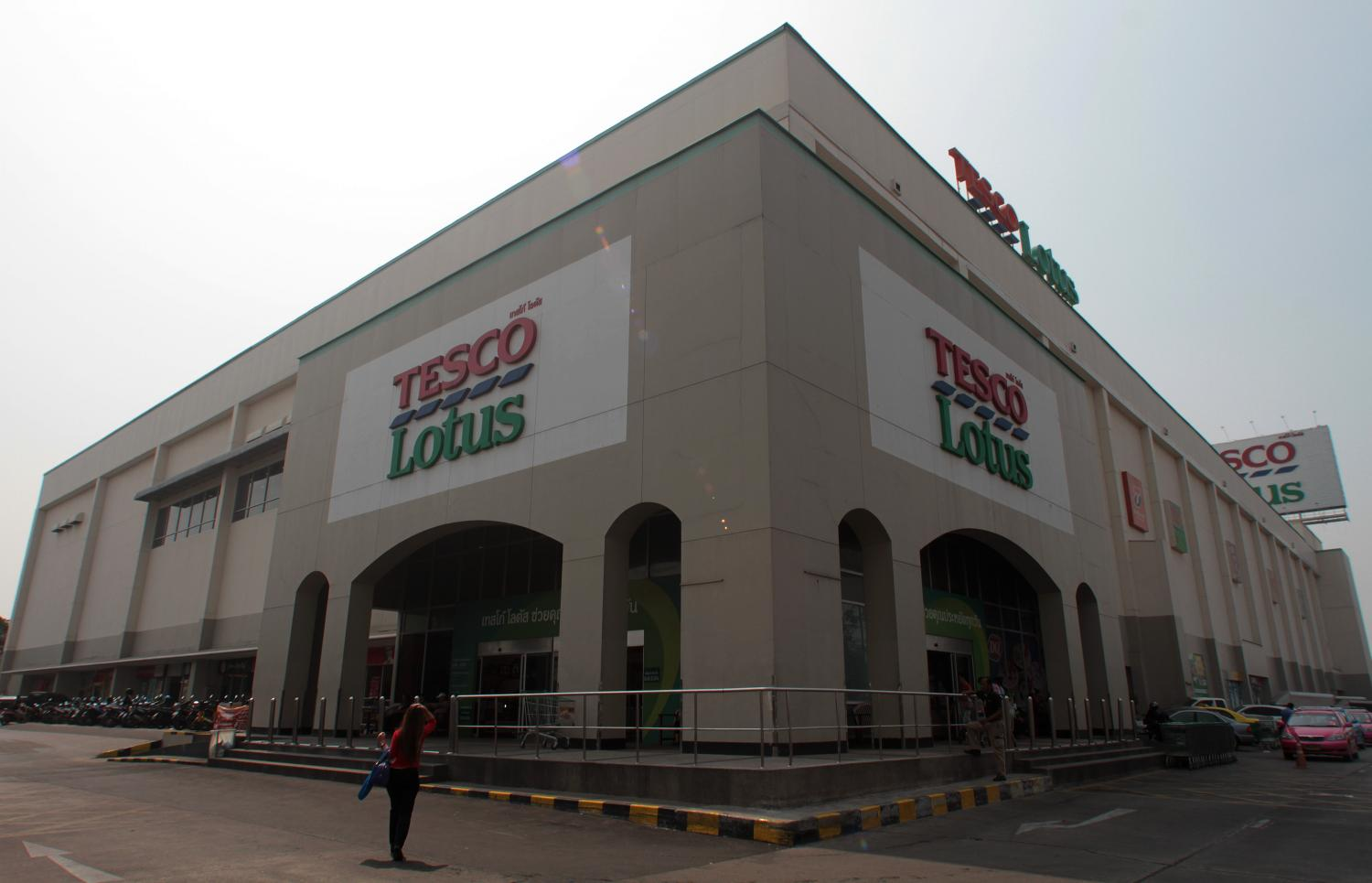 Tesco's Asian operations include some 2,000 supermarkets and convenience stores in Thailand.  (Photo by Pawat Laopaisarntaksin)