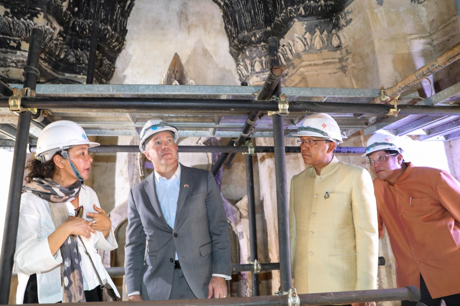 US Ambassador Michael DeSombre, second left, inspects restoration site at Wat Chaiwattanaram in Ayutthaya province. He was accompanied by Ayutthaya governor Panu Yaemsri, second right, and Fine Arts deputy chief Aroonsak Kingmanee, far right.(Photo courtesy of US embassy)