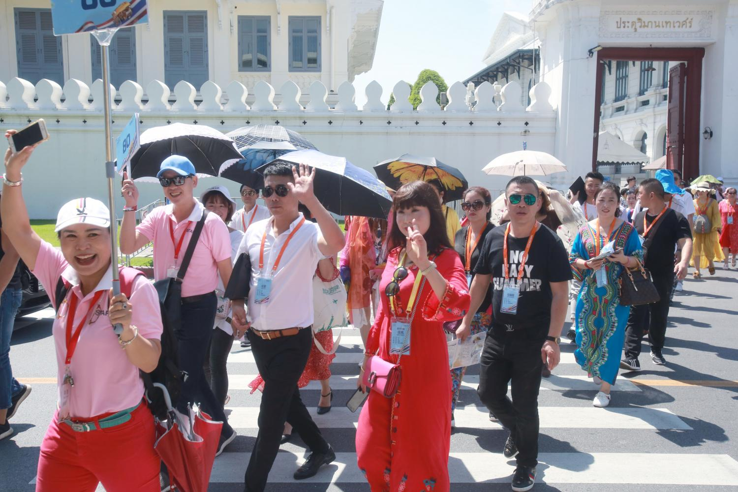 A tour guide leads Chinese tourists from the Grand Palace in 2018. (Bangkok Post file photo)