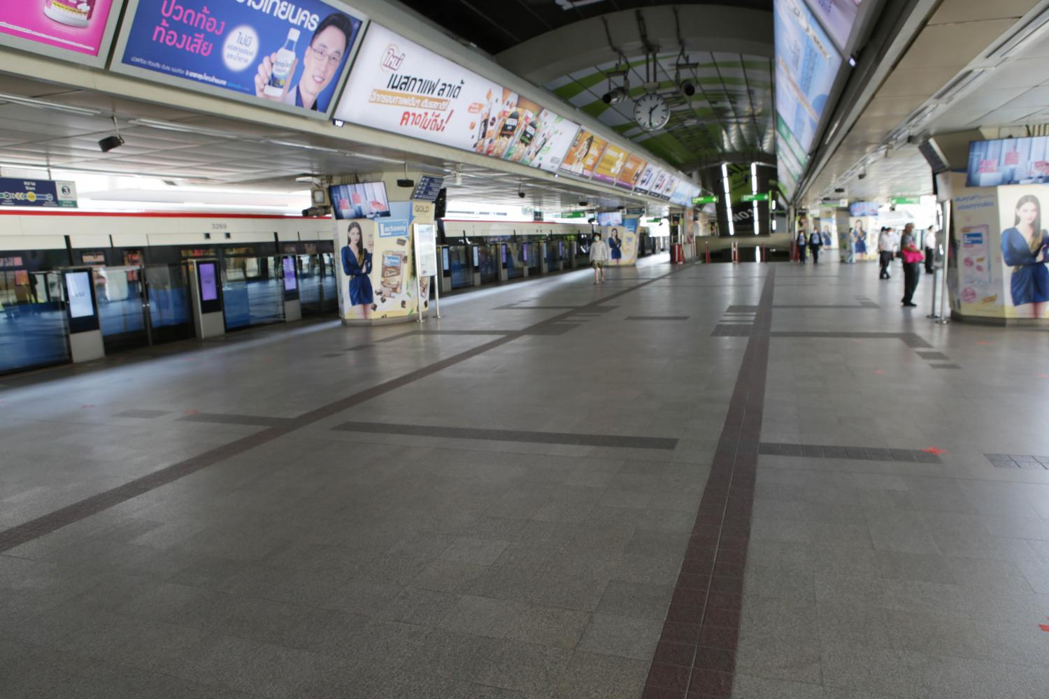 Siam skytrain station, usually one of Bangkok's busiest mass transit interchanges, has been nearly empty since shopping malls and hotels closed temporarily this week.(Photo by Apichit Jinakul)