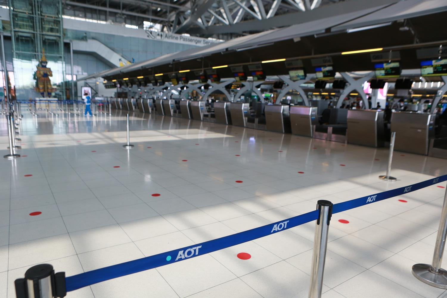 Suvarnabhumi airport remained a ghost town on Wednesday. The Bank of Thailand expects the pandemic to come under control in the second quarter. (Photo by Somchai Poomlard)