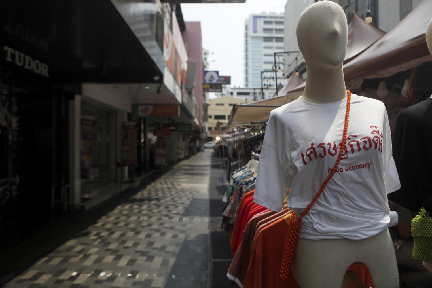 A mannequin wearing a T-shirt emblazoned with the words 'Settakij Dee Dee' in Thai and 'good economy' in English, stands in Siam Square on March 19. (Photo by Nutthawat Wicheanbut)