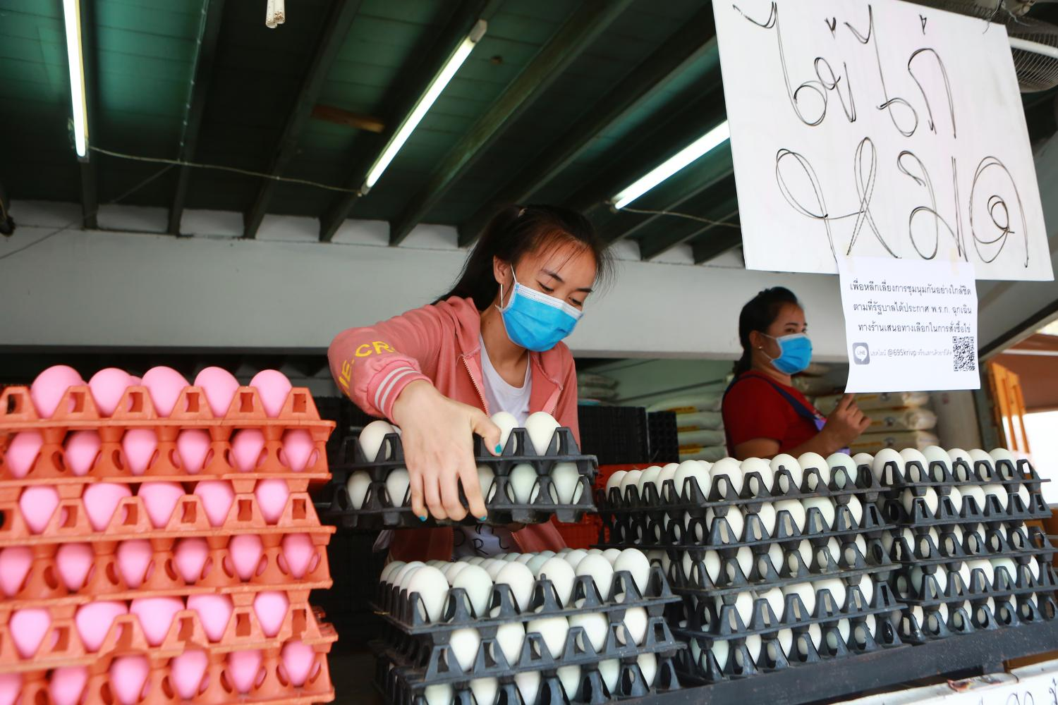 An egg vendor in Samut Prakan's Pak Nam market puts up a sign saying she has sold out of fresh eggs. People have been rushing to stockpile eggs after the government urged everyone to stay home during the outbreak.(Photo by Somchai Poomlard)