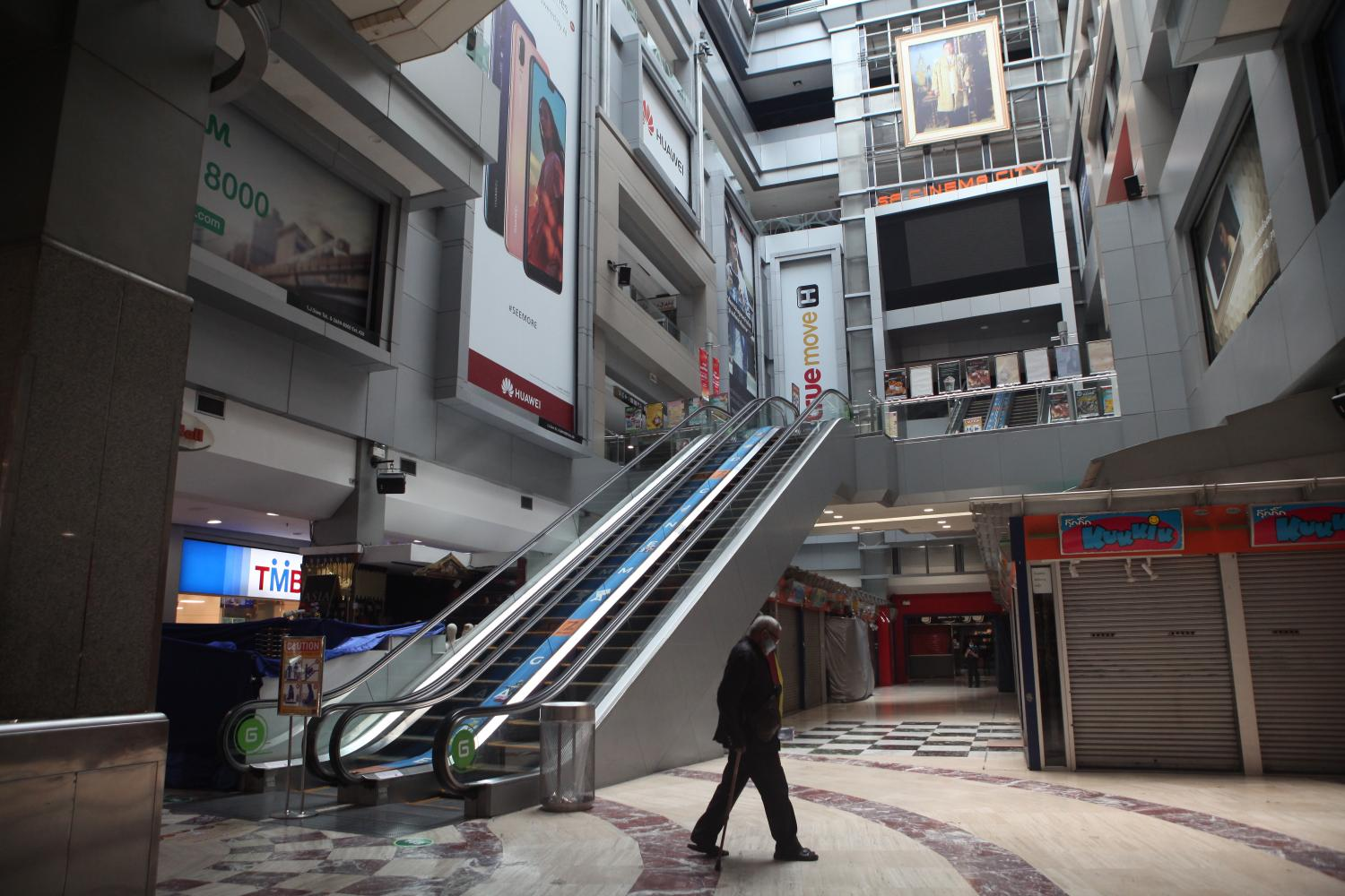 MBK is nearly deserted after the emergency decree took effect. The Federation of Thai Industries wants the government to implement relief measures for affected employers and employees.(Photo by Arnun Chonmahatrakool)